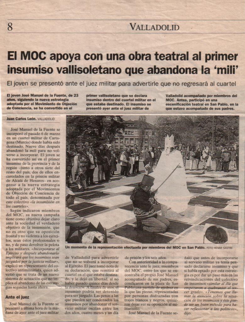 Artículo periodístico en el que se relata el día de mi presentación como Insumiso en los Cuarteles. Hicimos un ajedrez humano, y aparecen dos figuras de ajedrez luchando, una blanca y una negra.