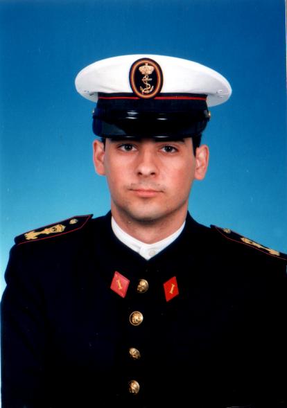 Foto de un servidor en traje militar de la Infantería de Marina. Así salí del cuartel y mi familia es la que utiliza sobre estanterías y repisas...