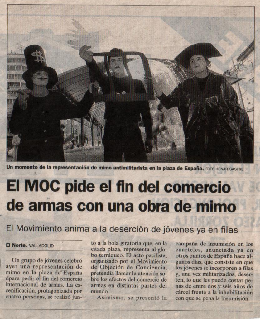 Artículo de prensa en el que varios mimos piden el fin del comercio de armas en la Plaza de España.