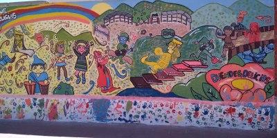 Pintada intercultural en la tapia de Renfe (Avenida de Segovia, frente al Paseo San Vicente) de duendes.delicias.