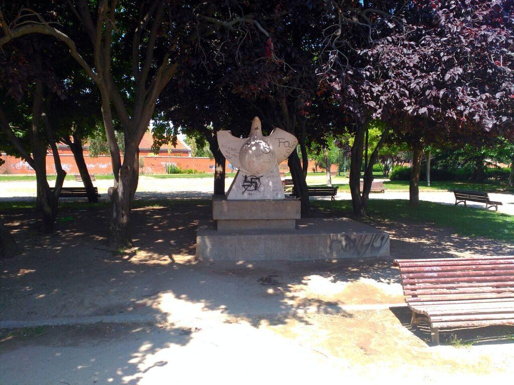 Imagen de la estatua de la paloma del Parque de la Paz